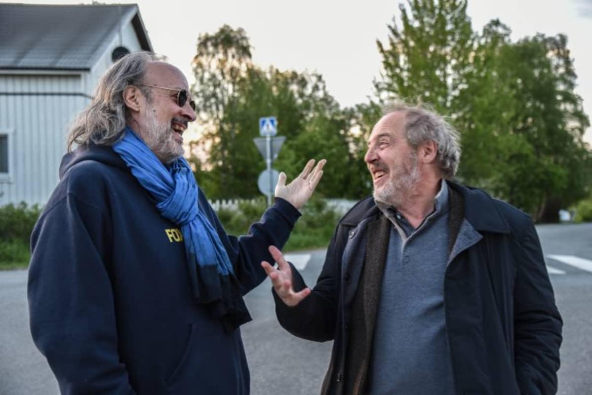 Kent Jones ranskalaisen ohjaajan, Arnaud Desplechinin kanssa elokuvateatteri Lapinsuun edustalla.