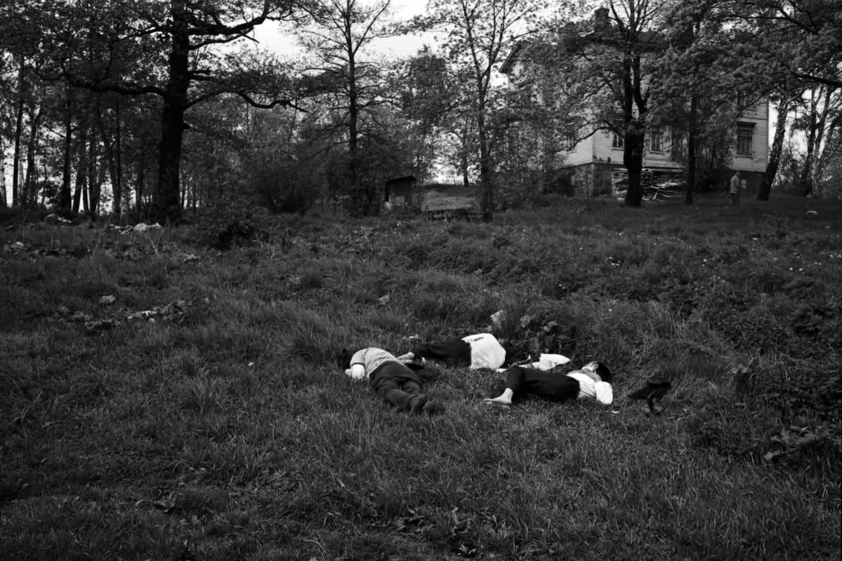 Nurmikolla nukkuvia (sammuneita) miehiä makaamassa Tokoinrannassa.