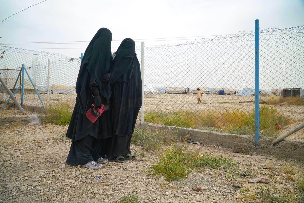 Suomalaisnaisia al-Holin leirillä Syyriassa.
