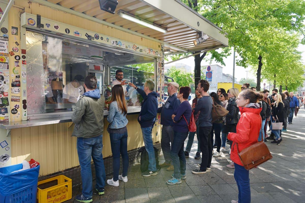 Ihmiset jonottavat kebabkioskin edustalla Berliinin  Kreuzbergissä.