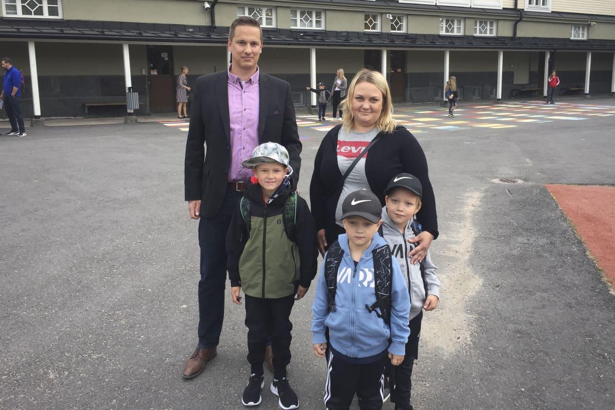 Eput vasemmalta oikealle Noel Orava 7v, Isä Ilari Orava, Otso Kokkonen 6v, Urho Kokkonen 6v. ja äiti Outi Sipponen.