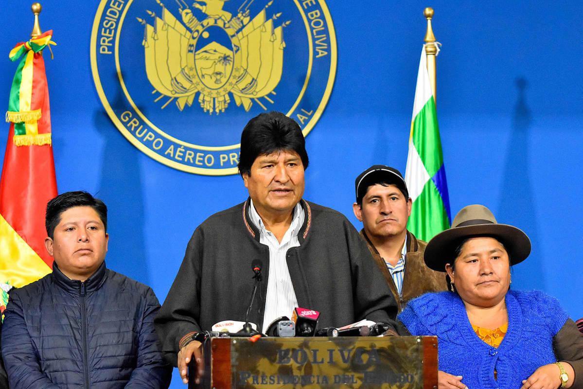 Evo Morales puhuu korokkeen takana. Vieressä seisoo hänen kannattajiaan.