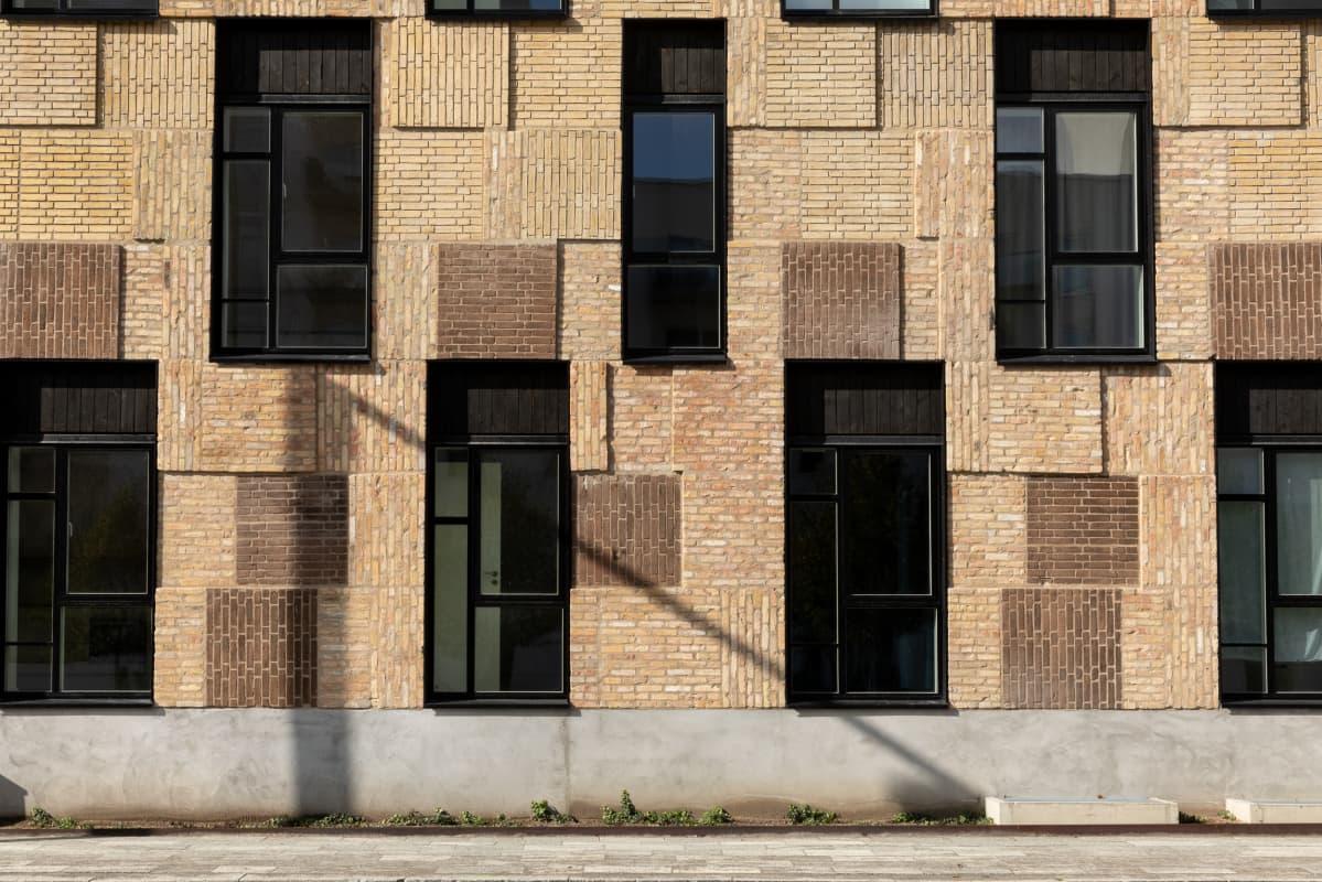 Uusiomateriaalia on käytetty rakennuksen julkisivussa Kööpenhaminassa