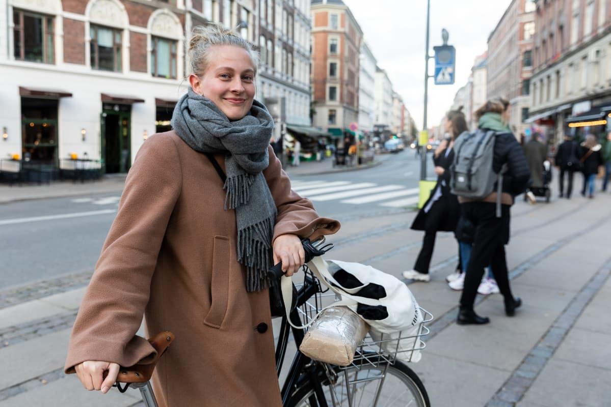 Opiskelija Signe Lyhne polkupyöränsä kanssa