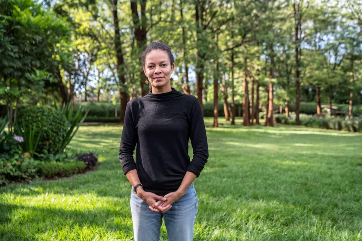 Sophie Rottman on Shamba Shape Up-ohjelman tuottaja. Viime vuosina kysymykset ilmastonmuutoksesta ovat nousseet kaiken muun edelle, ja pienviljelijöitä  halutaan auttaa sopeutumaan muuttuviin olosuhteisiin.