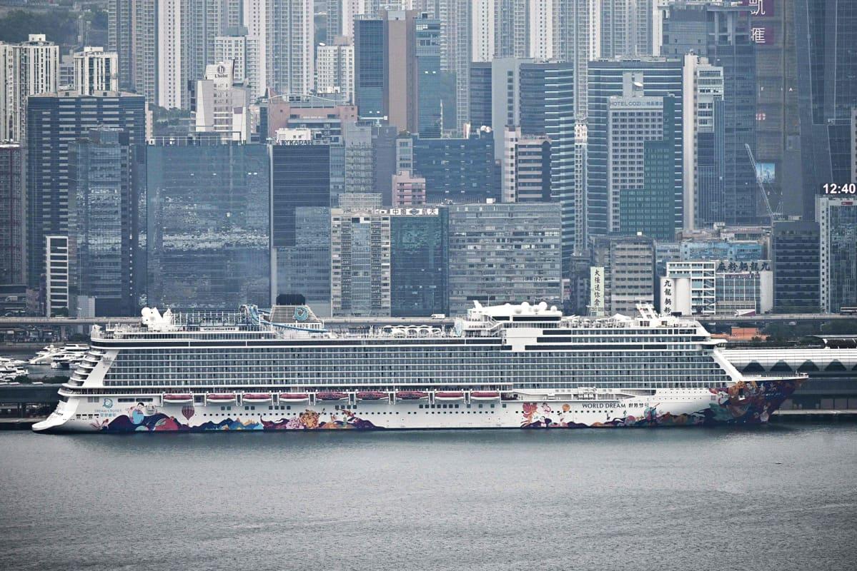 Kuvassa World Dream -laiva satamassa 5. helmikuuta.