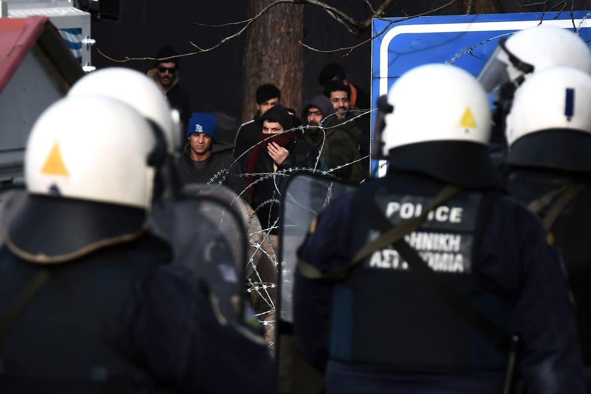 Siirtolaisia Kreikan rajalla.