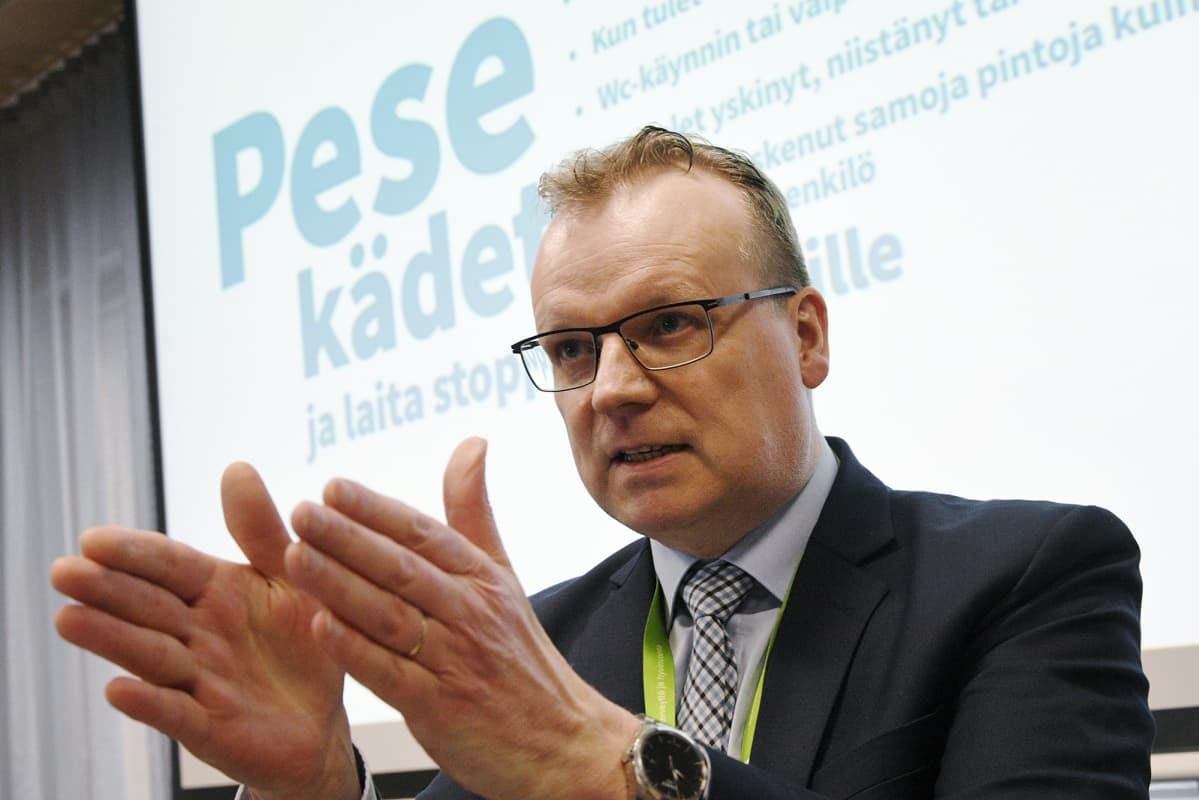 THL:n pääjohtaja Markku Tervahauta THL:n infotilaisuudessa koronaviruksesta.