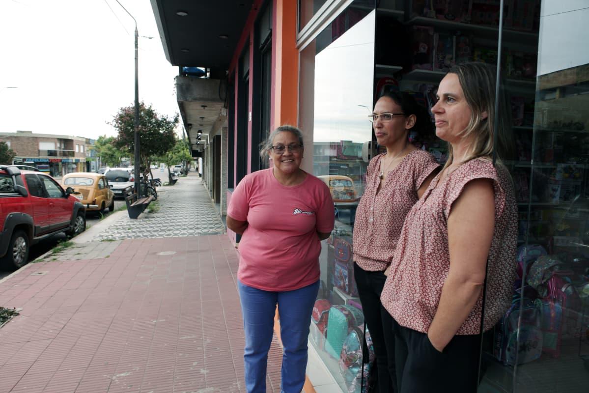 Paso de los Torosin asukkaita kaupan edustalla