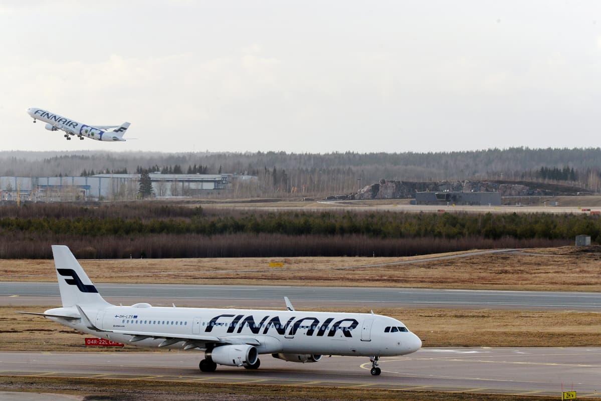 Finnairin lentokoneita Helsinki-Vantaan lentokentällä Vantaalla 12. maaliskuuta 2020.