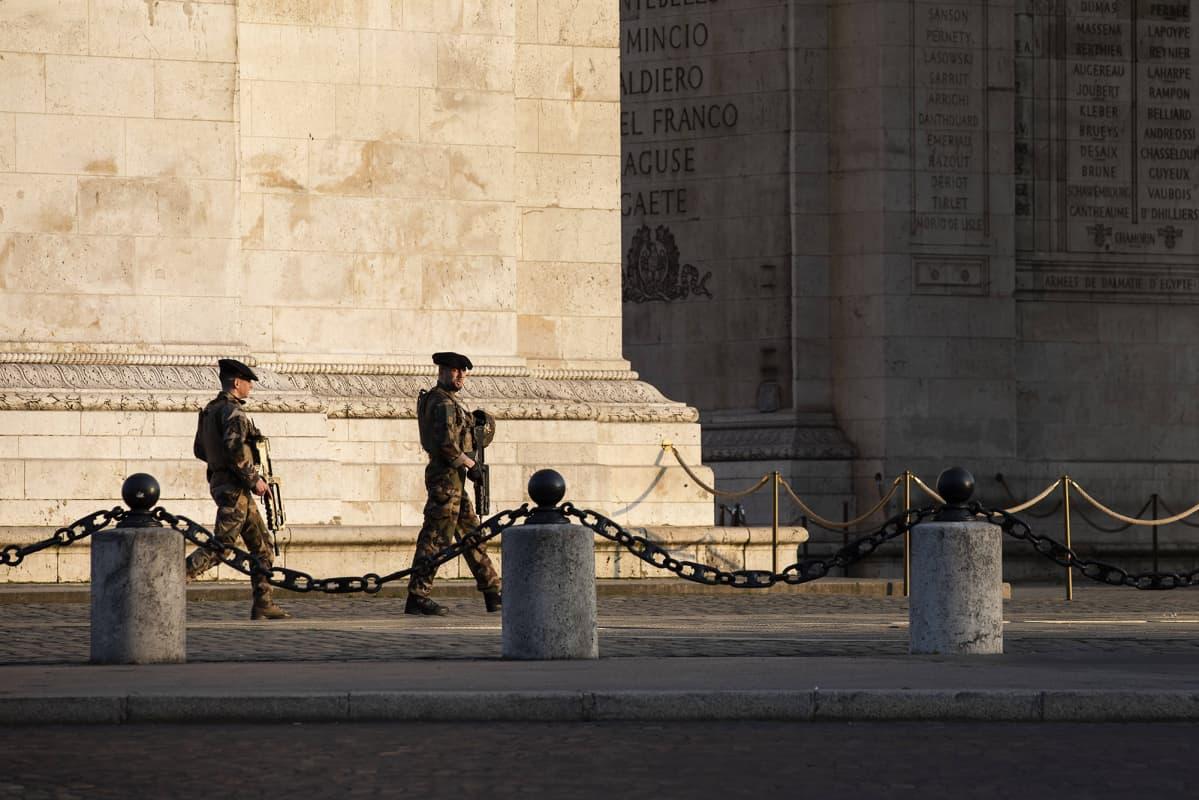 Sotilaat partioivat Pariisissa maaliskuussa.