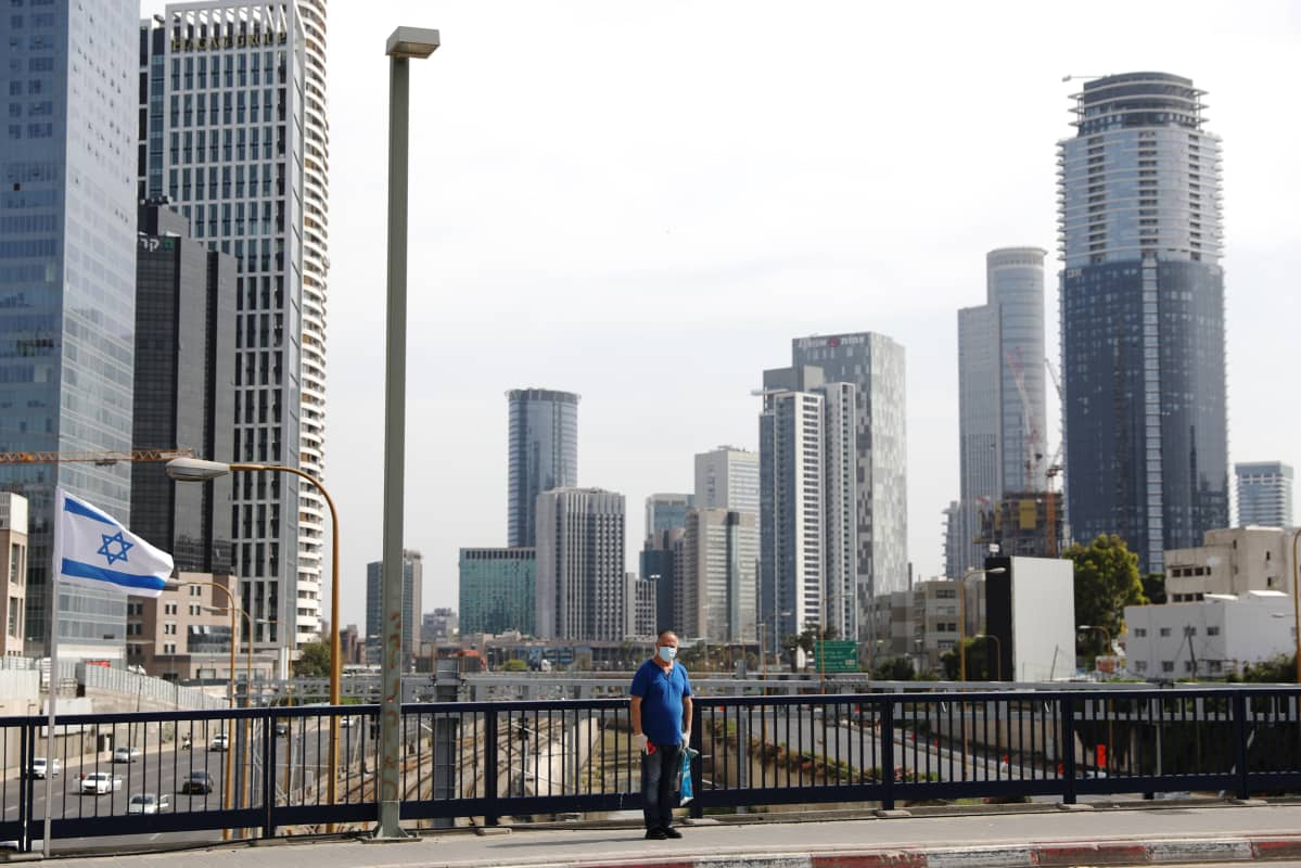 Mies seisoi tien reunassa holokaustin muistopäivänä Tel Avivissa.