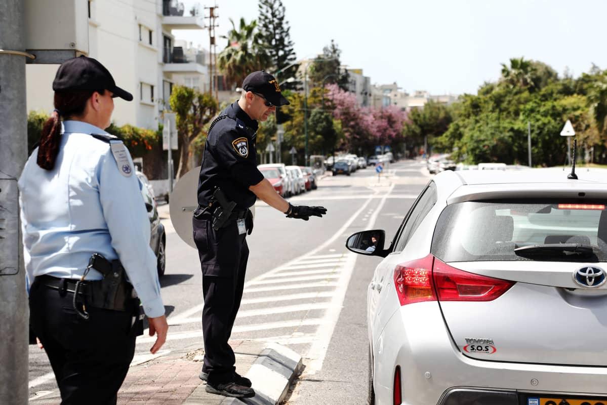 Kuvassa on israelilainen poliisi ja auto.
