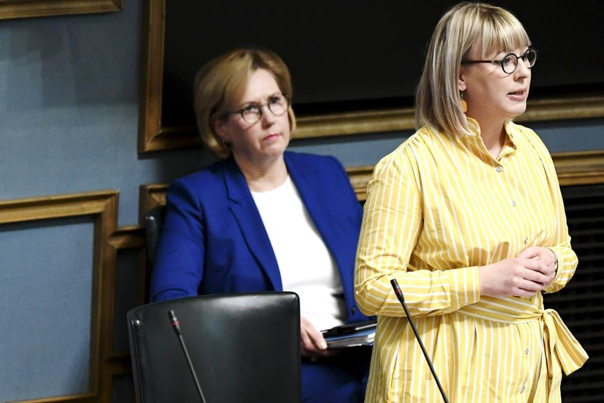 Tuula Haatainen ja Aino-Kaisa Pekonen kuvattiin eduskunnan suullisella kyselytunnilla 23. huhtikuuta.