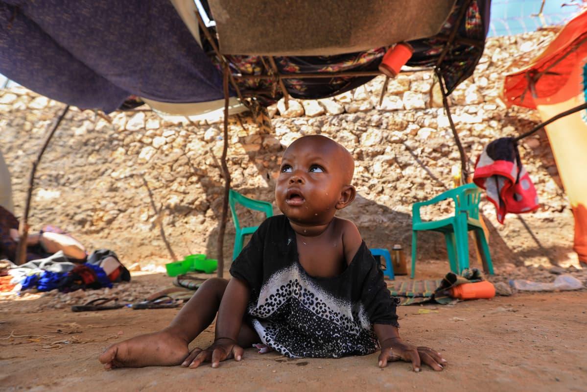 Kuvassa on lapsi somalialaisella pakolaisleirillä.