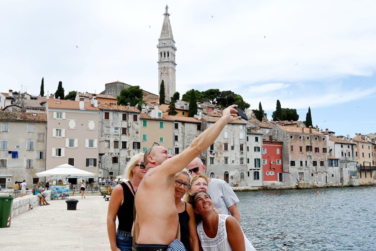Turisteja Kroatian Rovinissa.
