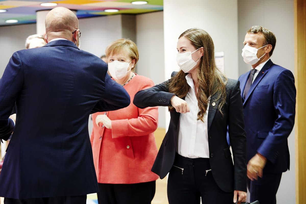 Sanna Marin Euroopan neuvostossa, oikealta Charles Michel, Angela Merkel, Sanna Marin ja Emmanuel Macron 17. heinäkuuta.