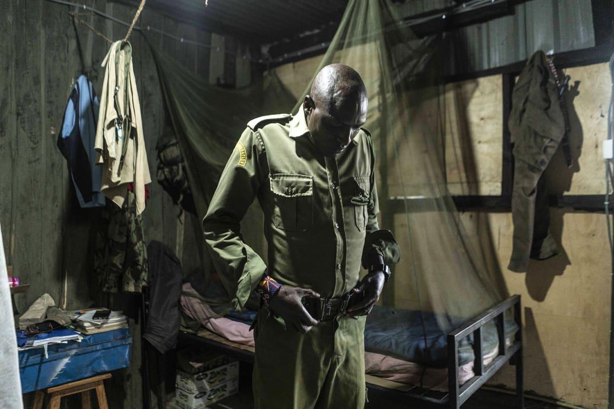 Joseph Shapashina Peneti asuu muutaman kollegansa kanssa leirissä Kimanan luonnonsuojelualueella.