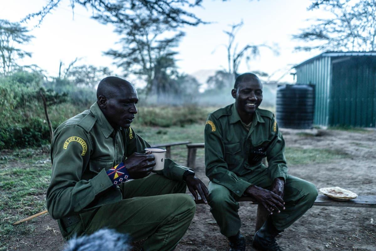 Joseph Shapashina Peneti juo aamuteetä kollegansa Dansonin kanssa. He ovat molemmat maasai-heimosta.