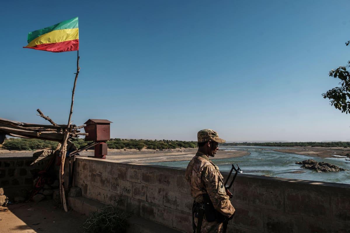 Sotilas katselee joelle Etiopiassa.