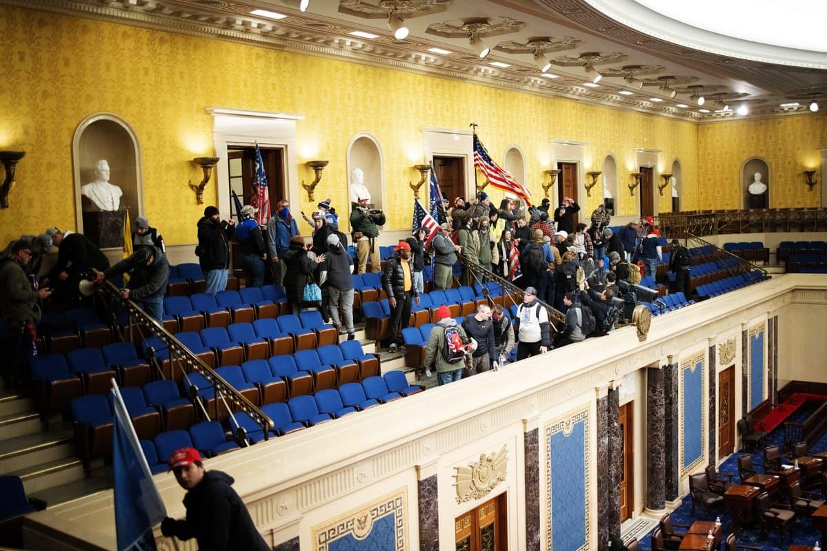 Mielenosoittajia kongressin istuntosalissa.