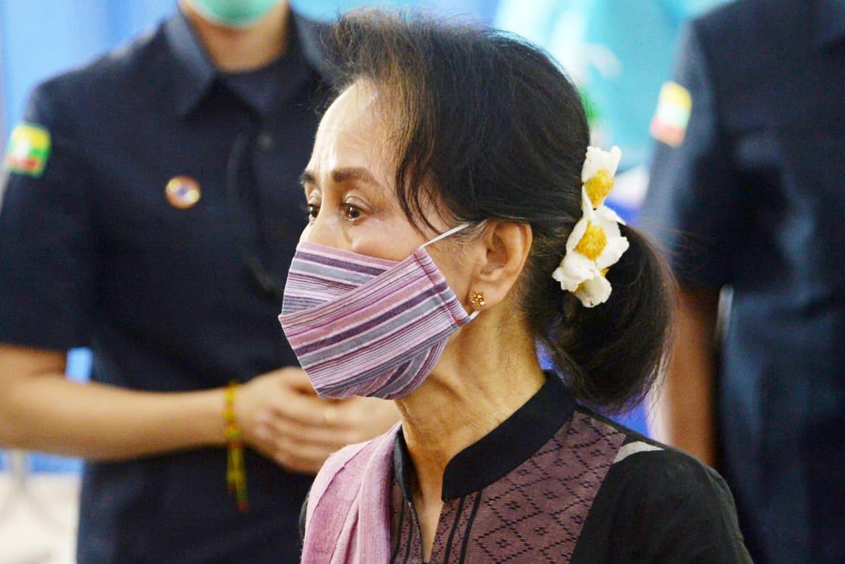 Kasvomaskiin pukeutunut Aung San Suu Kyi.