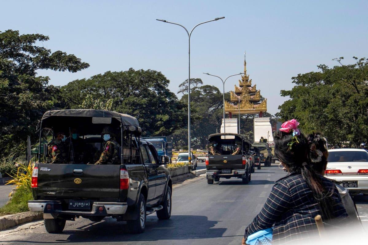 Sotilasajoneuvoja maantiellä Mandalayssa.