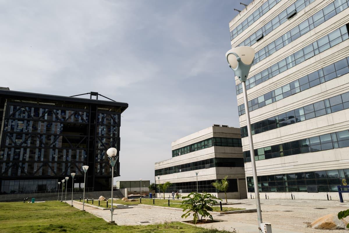 Yliopiston rakennusten keskellä näkyy vain muutama ihminen.
