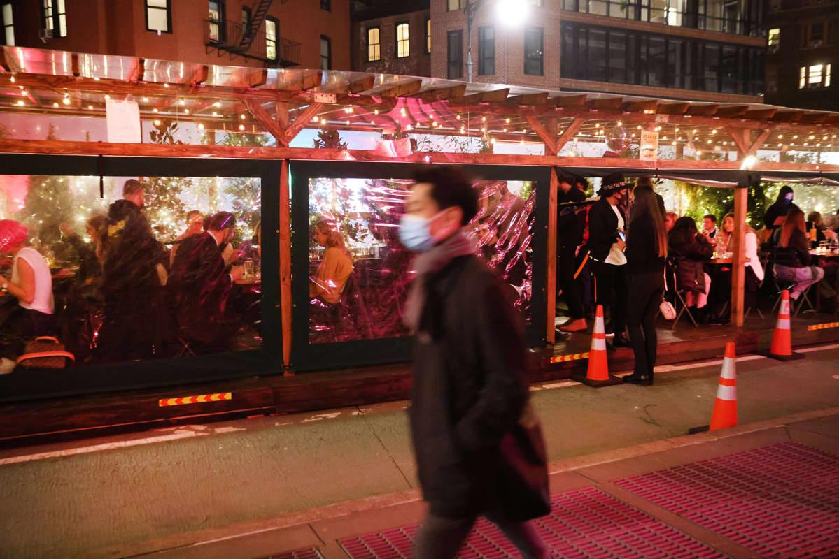Ihmiset söivät ulkona New Yorkissa 24. helmikuuta.