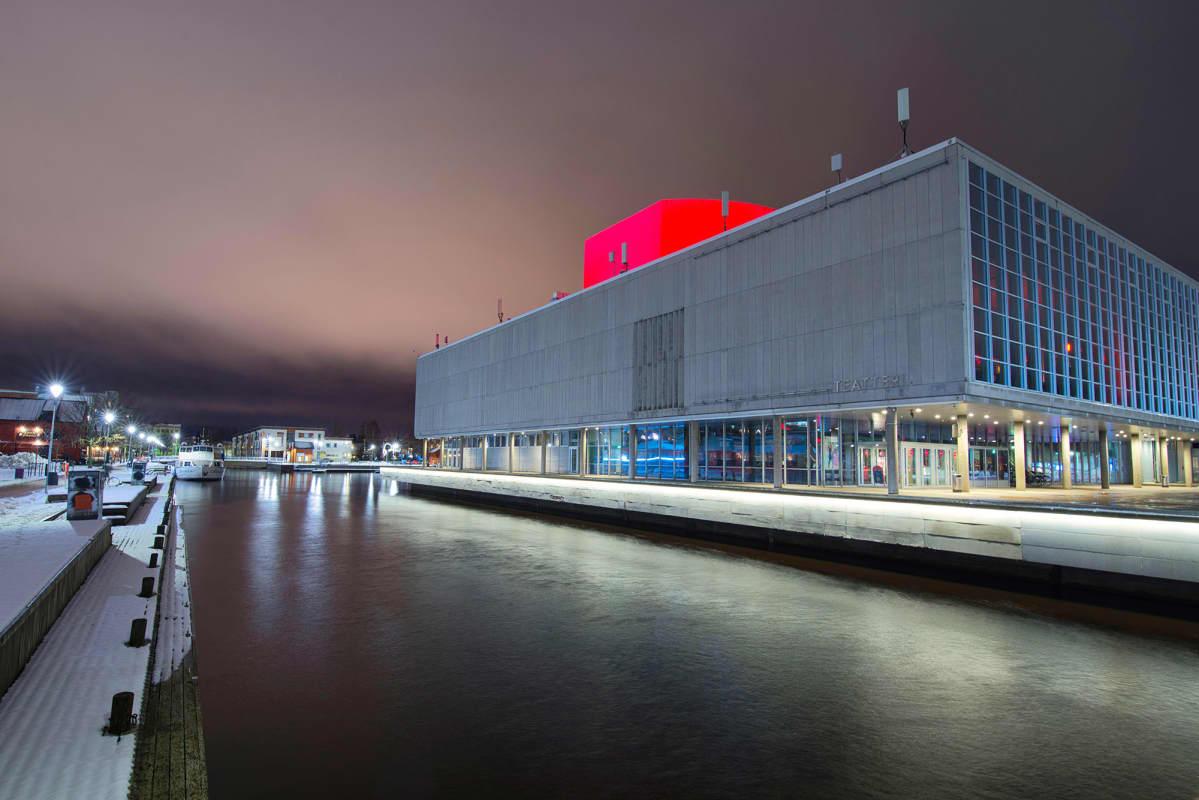 Oulun kaupunginteatteri iltavalossa.