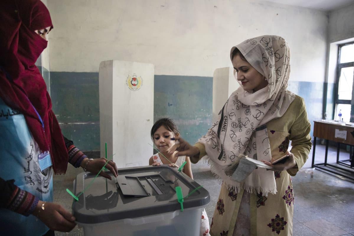 Afghanistanilainen nainen äänestämässä.