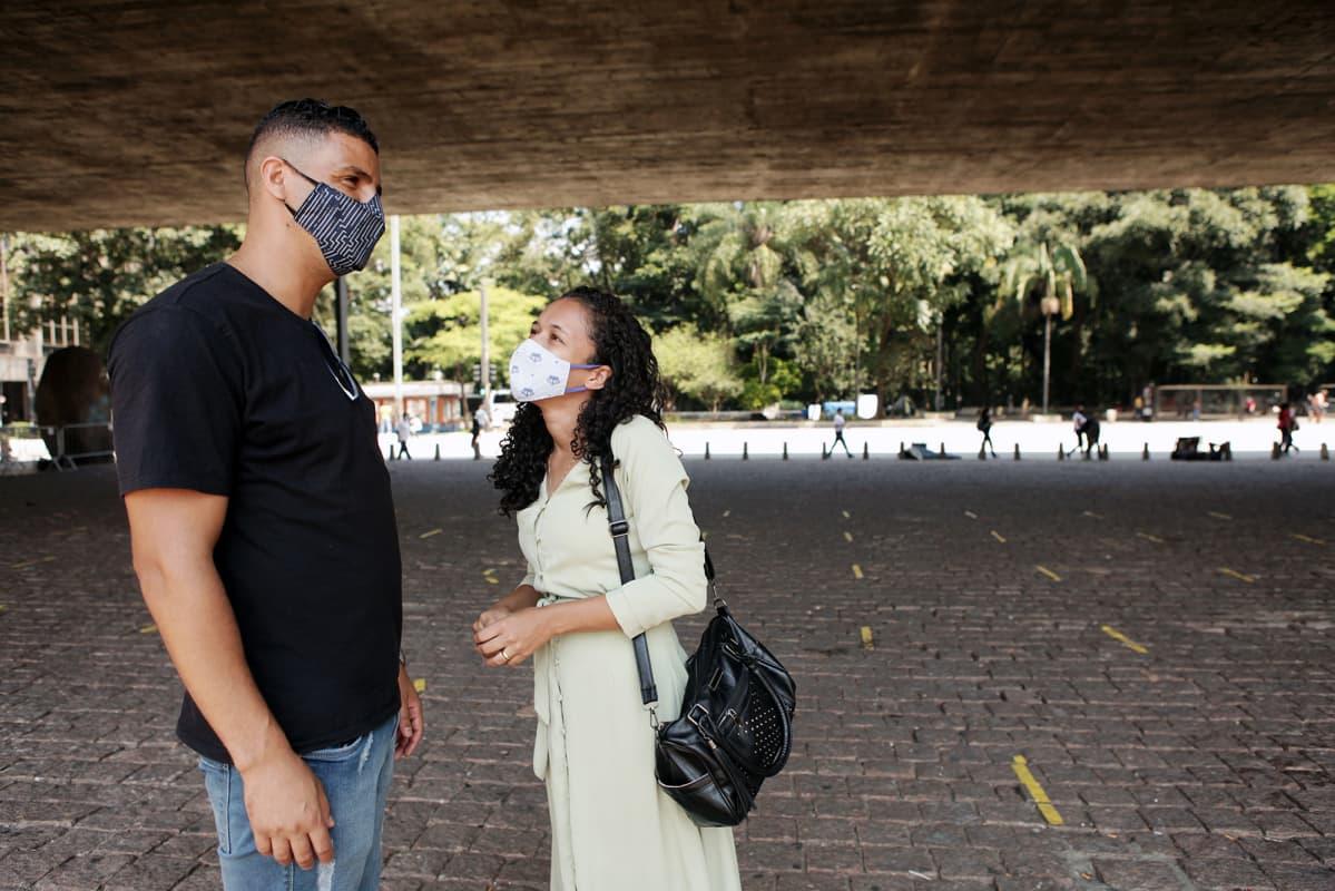 Thiago Marques ja Michele Santos juttelevat Sao Paulon kadulla.