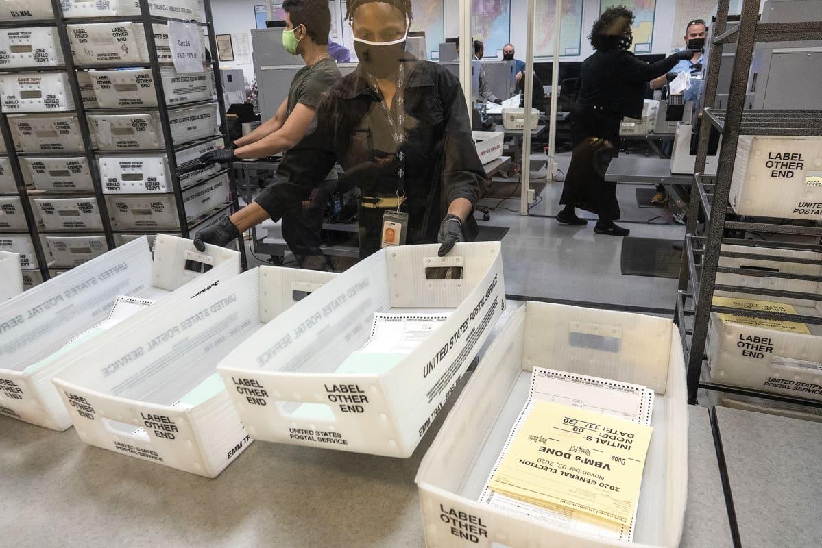 Vaalityöläisiä ääntenlaskennassa Miamissa