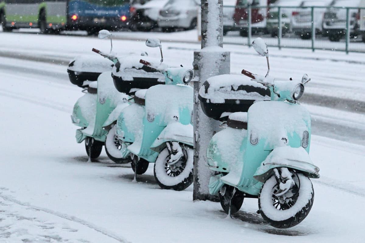 Lumen peittämiä skoottereita Olsztynissä, Puolassa
