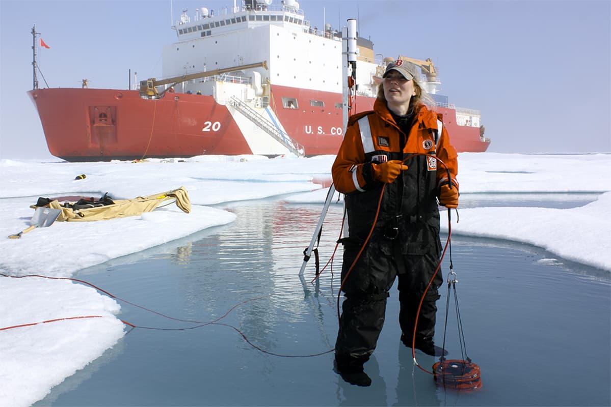 Tutkija ja alus Jäämerellä.