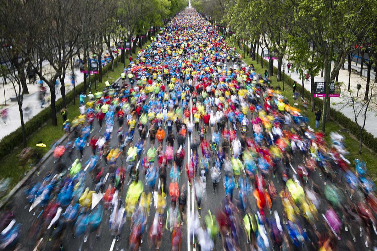 Juoksijoita kadulla Madridin maratonilla.