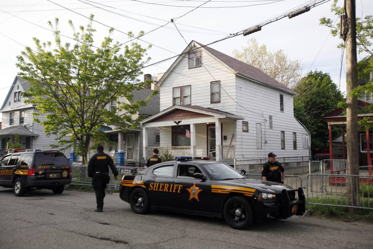 Poliisit tutkivat taloa Clevelandissa Ohiossa, jossa siepattuja tyttöjä pidettiin vangittuna.