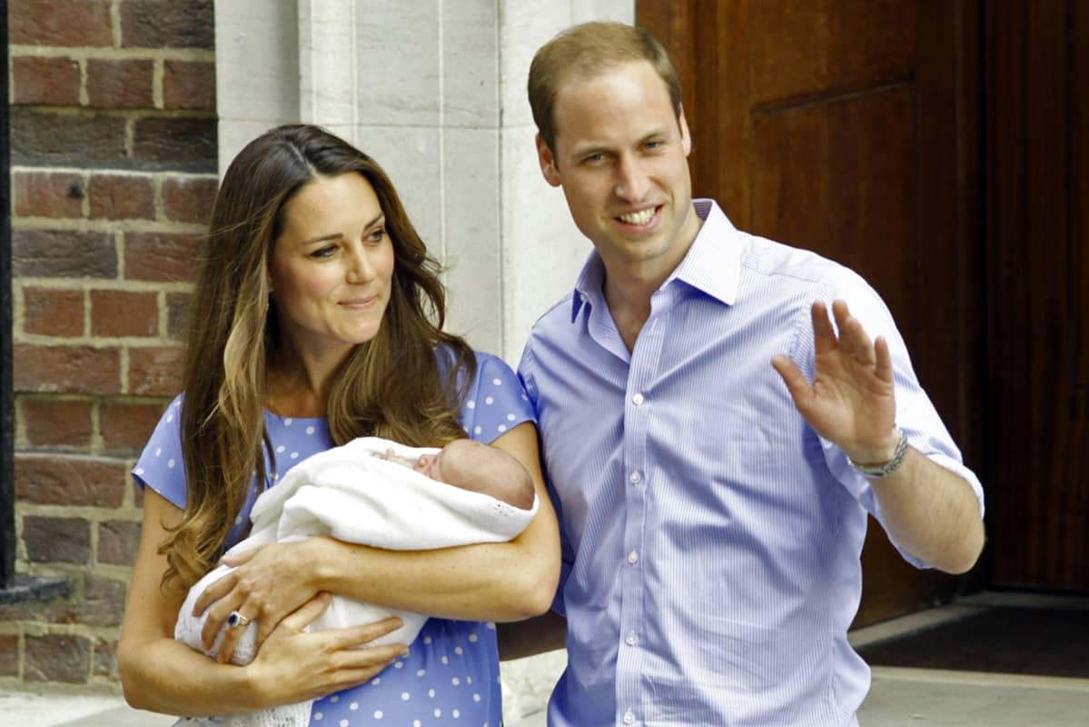 Prinssi William ja Cambridgen herttuatar Catherine esittelivät esikoispoikansa julkisuudessa tiistaina Lontoossa.