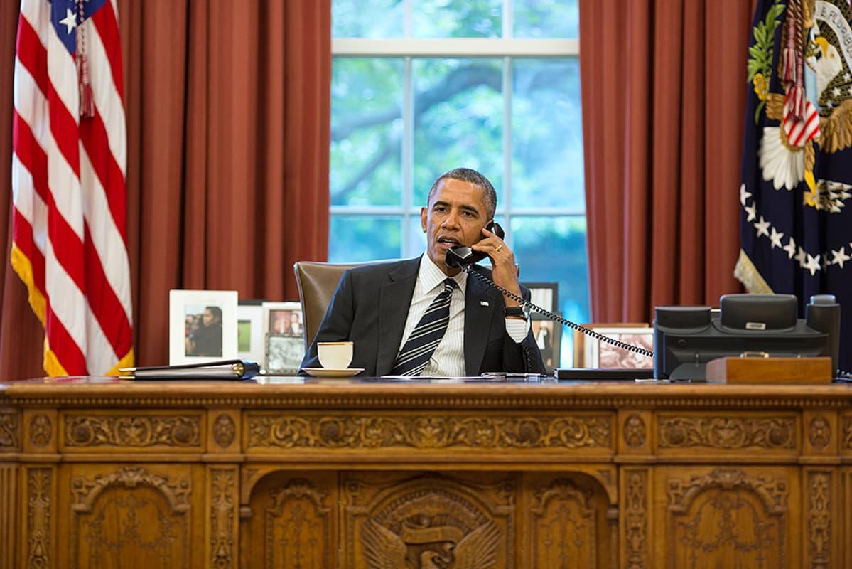 Yhdysvaltain presidentti Barack Obama työhuoneessaan Valkoisessa talossa.