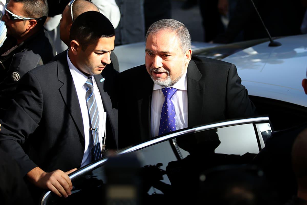 Avigdor Lieberman saapuu oikeuteen 6. marraskuuta 2013.