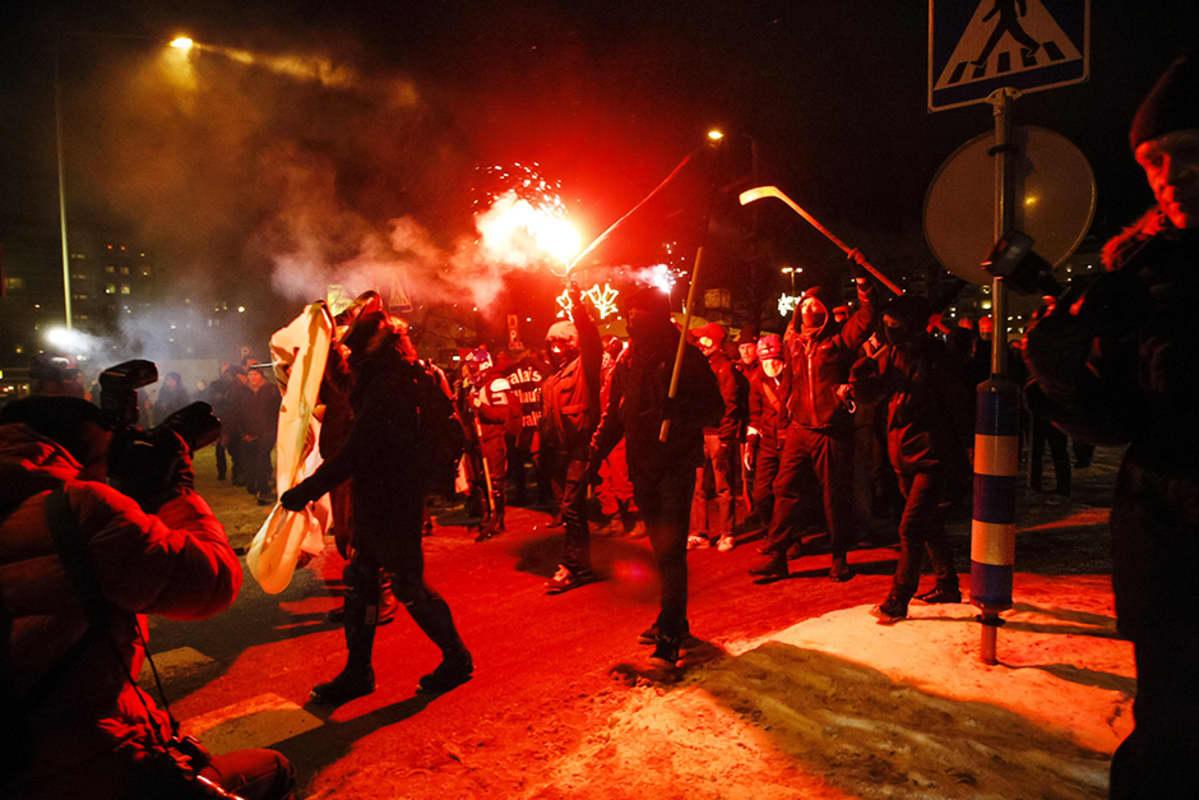 Kiakkovieraiden mielenosoituskulkue Tampereella 6. joulukuuta.