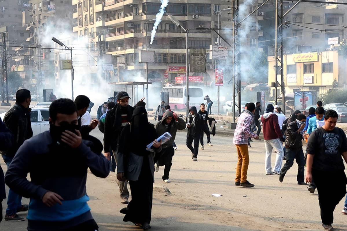 Mellakkapoliisi ampui kyynelkaasua hajottaakseen Muslimiveljeskunnan kannattajien mielenosoituksen.