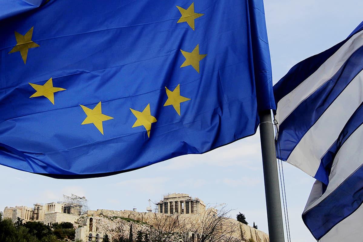 EU:n ja Kreikan liput liehuvat Akropolis-kukkulan vierellä Ateenassa.