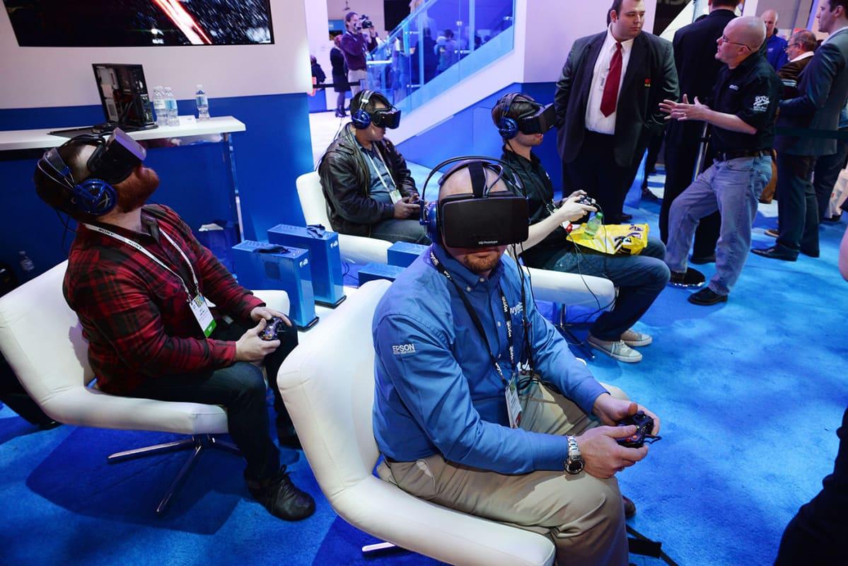 Miehiä virtuaalilasit päässä.