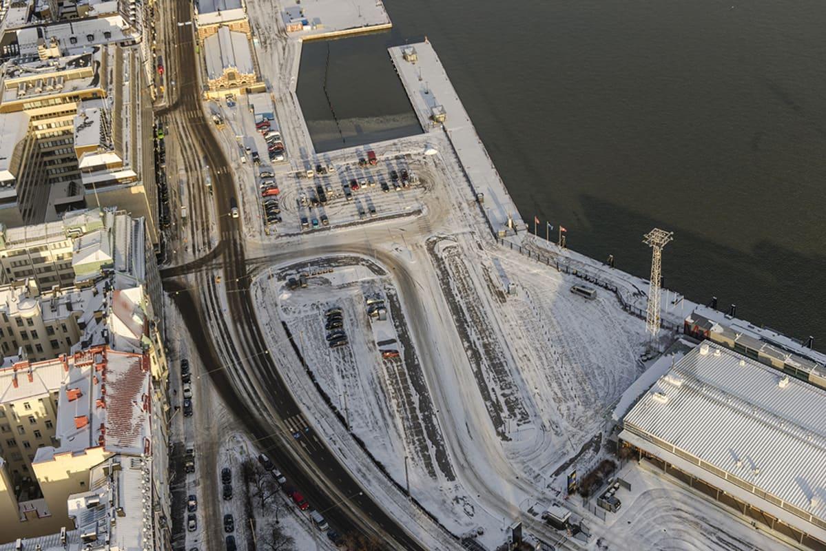 Guggenheimin tontin ilmakuva kuvattuna ylhäältä Kaivopuistosta päin aurinkoisena talvipäivänä.