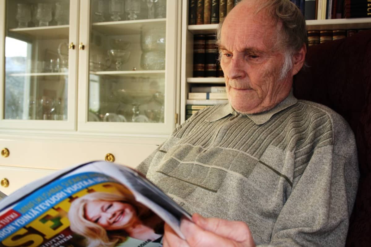 Ristikkomies Seppo Jokikokko lukee lehteä.