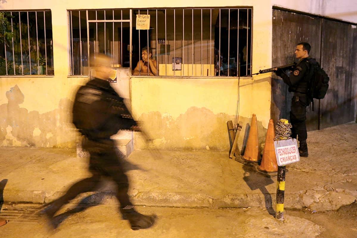 kaksi poliisia kadulla kivääri kädessä