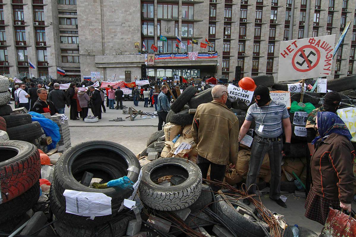 Venäläismielisiä mielenosoittajia Donetskin vallatun hallintorakennuksen edustalla.