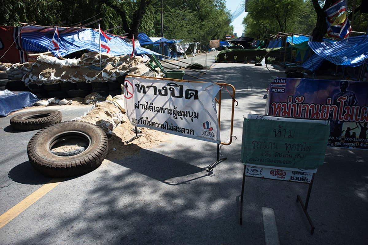 Hallituksen vastustajien pystyttämiä barrikadeja Bangkokissa 21. toukokuuta.