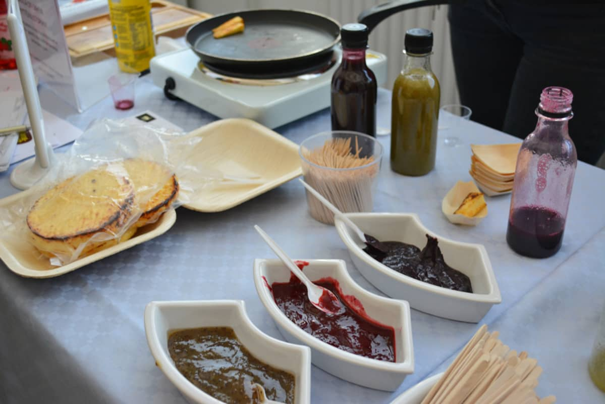 Kyytönjuustopihvejä ja marjasinappia ja -ketsuppia